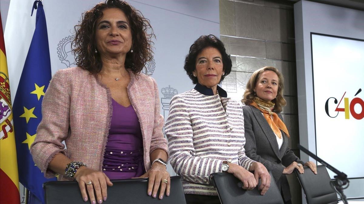 Laministrade Hacienda, María Jesús Montero, la ministra portavoz, Isabel Celáa, y la de Economía, Nadia Calviño, tras el Consejo de Ministros en que se aprobó la 'tasa Google', en enero.
