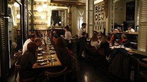 Mesa montada para grupos prenavideños en el nuevo restaurante del Born, Zero Patatero.