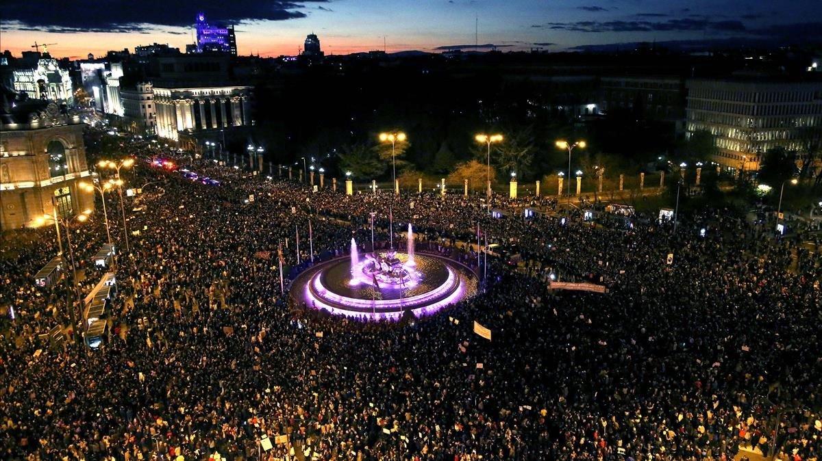 Vista aérea desde el ayuntamiento de Madrid con la Cibeles iluminada de violeta / David Castro
