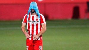 Jordi Calavera, el jugador del Girona, abatido tras caer en el tiempo añadido ante el Elche.