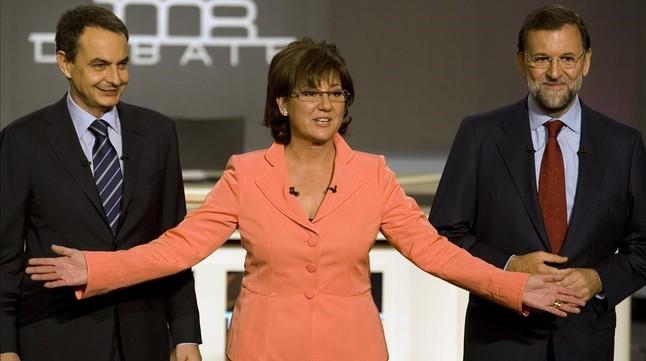 José Luís Rodríguez Zapatero y Mariano Rajoy junto a Olga Viza, moderadora del cara a cara que enfrentó a los candidatos en el 2008.