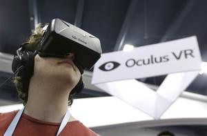 Un joven prueba el casco Oculus Rift, de la firma de realidad virtual Oculus VR, en la conferencia de desarrolladores de juegos de San Francisco, el pasado 19 de marzo.