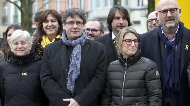 Los diputados de Junts per Catalunya con Carles Puigdemont, este viernes en Bruselas.