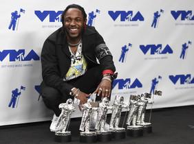 Kendrick Lamar posa con los cinco premios que ha recogido por HUMBLE.