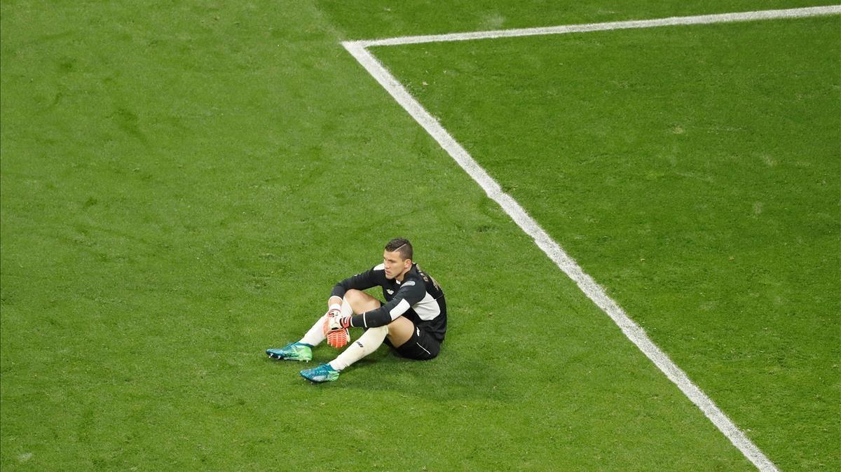 La debacle sevillista resumida en la imagen de su portero David Soriatras finalizar el encuentro.