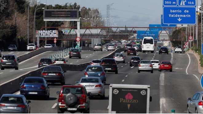 Las matriculaciones de turismos caen por primera vez desde 2012, un 4,8%. En la foto, tráfico en la carretera A-6.