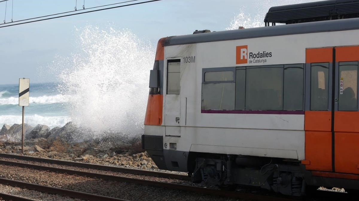 Las olas invaden la vía del tren a la altura de Mataró.