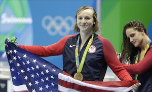 Ledecky posa con la bandera estadounidense tras su triunfo en los 400 libre