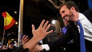 El líder del PP, Pablo Casado, saluda a sus simpatizantes la noche electoral del 10 de noviembre.