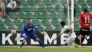 López marca uno de sus dos goles en Elche.