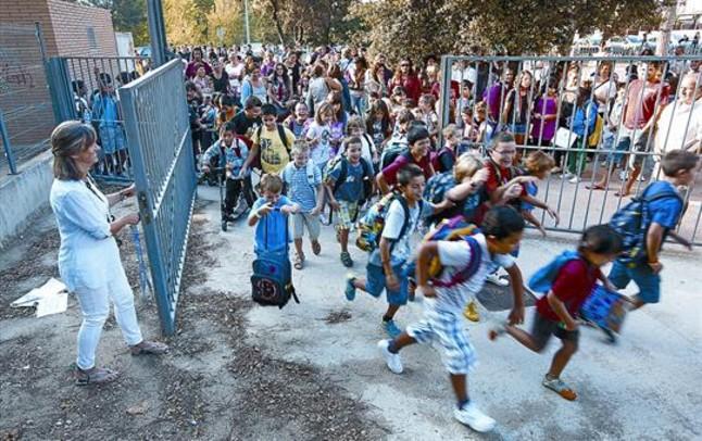 Los alumnos entran en la escuela Els Pinetons, en La Garriga, el primer día de este curso.