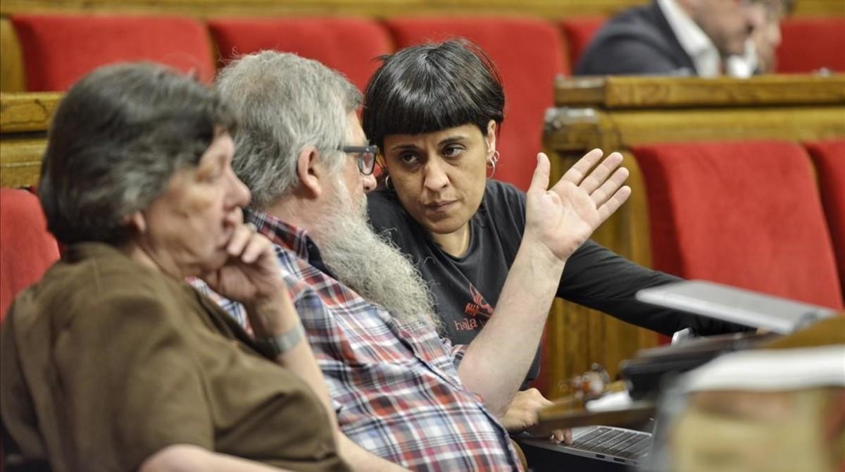 Los diputados de la CUP Gabriela Serra, Joan Garriga y Anna Gabriel, en sus escaños del Parlament.