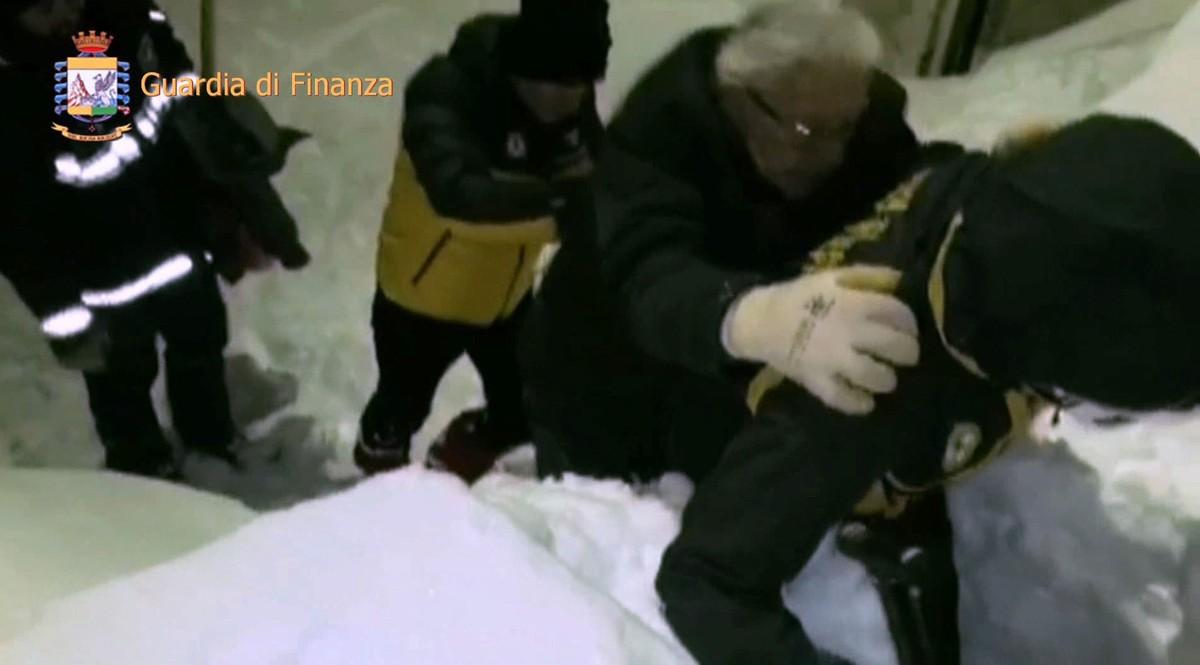 Los equipos de emergencia socorren a un superviviente en Farindola.