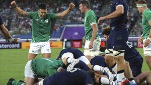 Los jugadores de Irlanda celebran su triunfo ante Escocia en Japón.