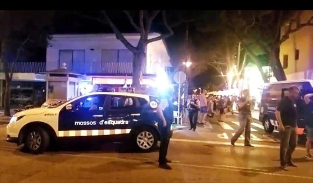 Los mossos en Platja dAro, el martes por la noche, en una imagen colgada en Twitter.