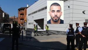 Los Mossos trasladan el cadáver deAbdelouahab Taib, que este lunes ha asaltado la comisaría de Cornellà.