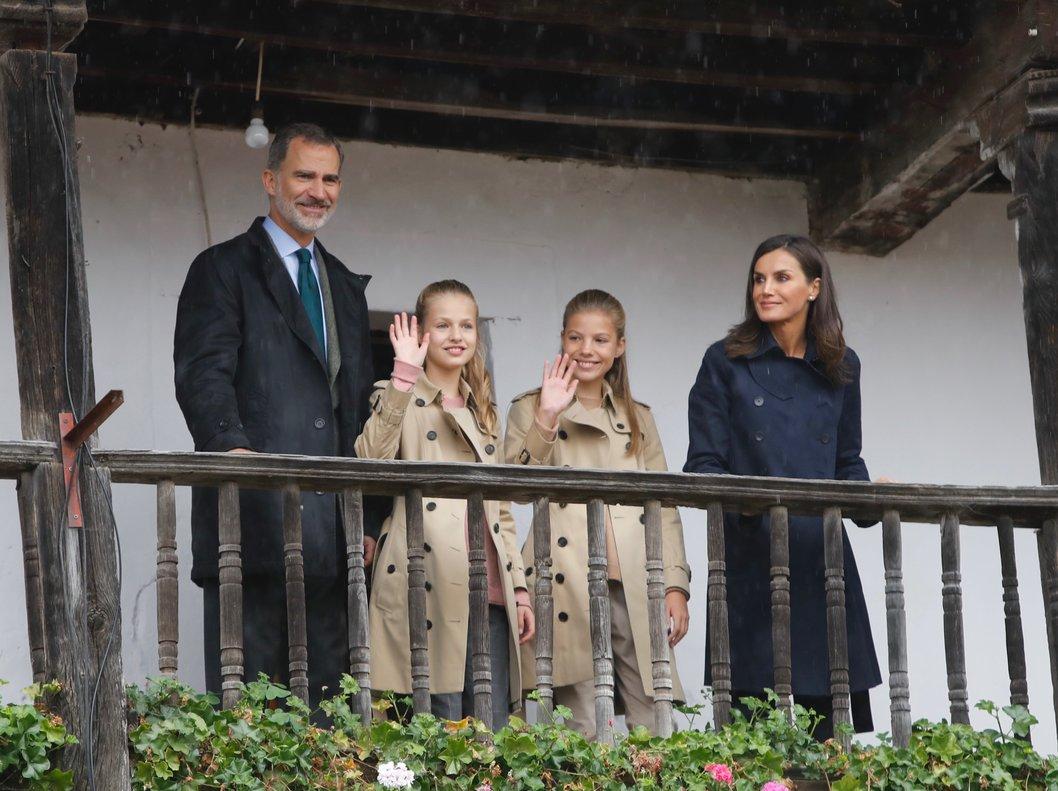 Los Reyes y sus hijas, Leonor y Sofía, en Asiegu (Asturias), el pasado sábado.