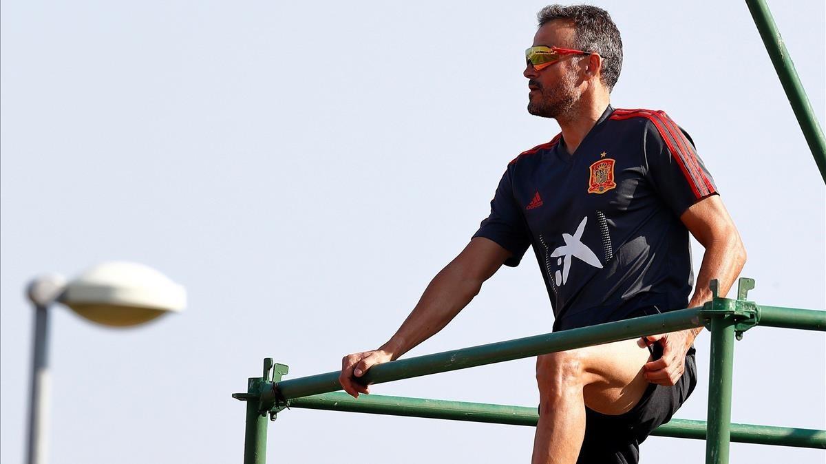 Luis Enrique observa el entrenamiento desde su andamio en la ciudad deportiva de Las Rozas.