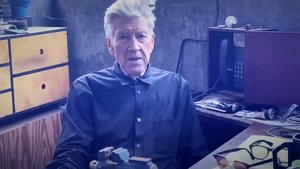 David Lynch, dando el parte meteorológico en su canal de Youtube.