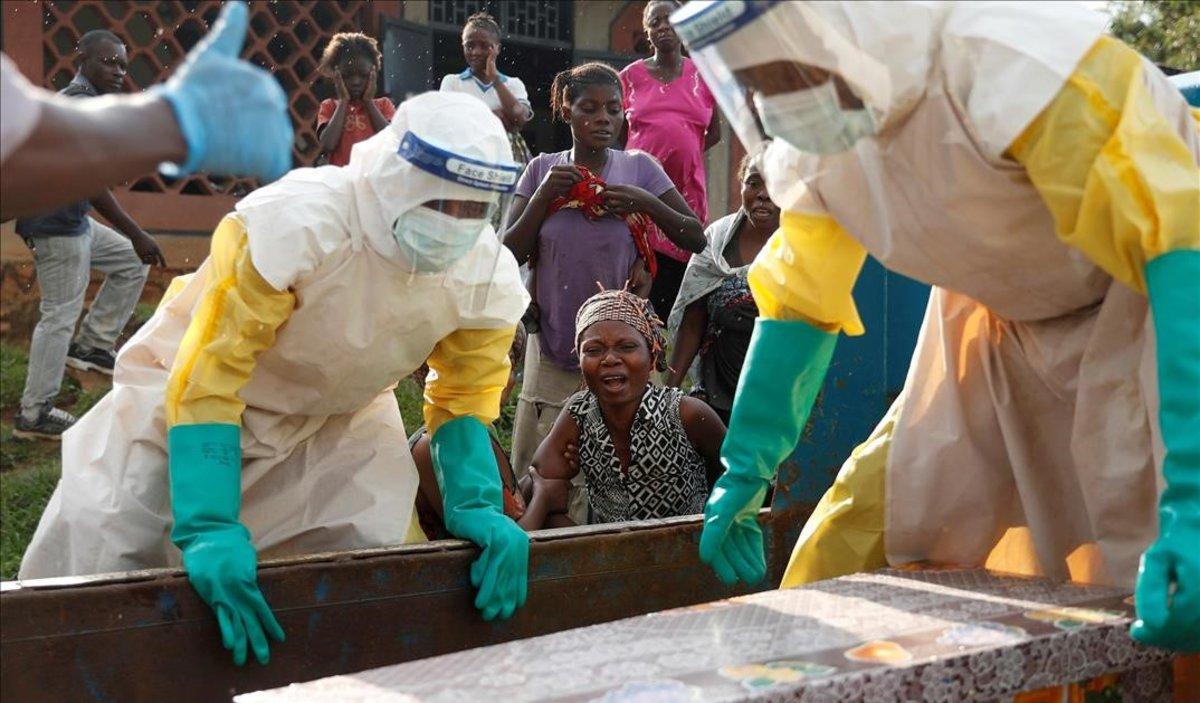 La madre de un niño fallecido por ébola llora frente a su ataud en la provincia de Kivu, en la República Democrática de Congo.