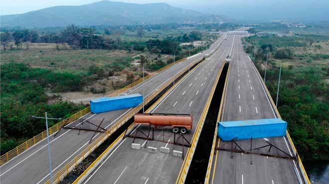 Maduro bloquea la entrada de ayuda humanitaria a Venezuela. En la imagen, el puente de Tienditas, que une Colombia y Venezuela, con tres camiones atravesados.