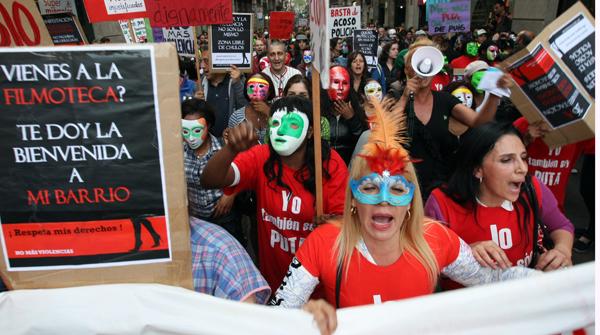Centenares de prostitutas se han manifestado esta tarde en contra de las últimas medidas del ayuntamiento contra la prostitución.