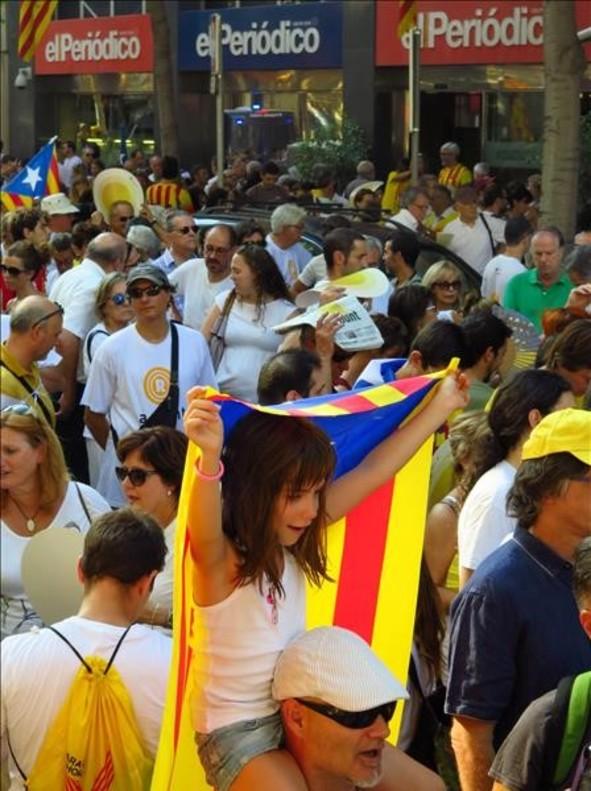 Manifestantes, a su paso por el paseo de Sant Joan, en Barcelona.