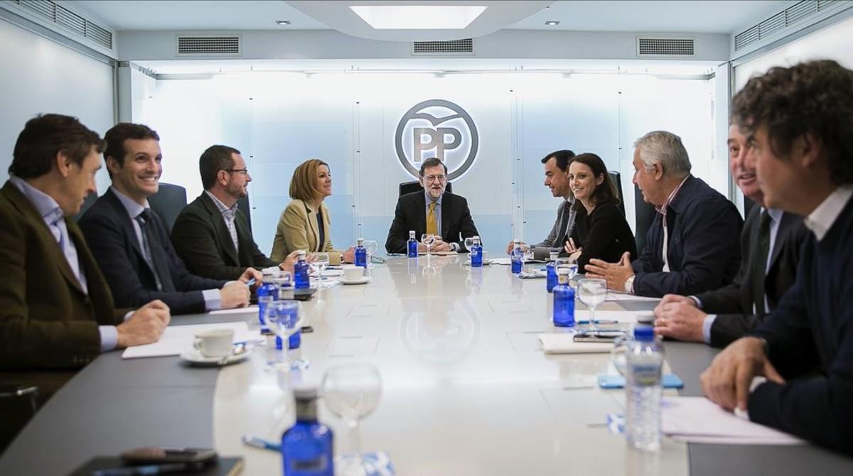 Mariano Rajoy, junto al equipo de dirección del PP, este lunes.