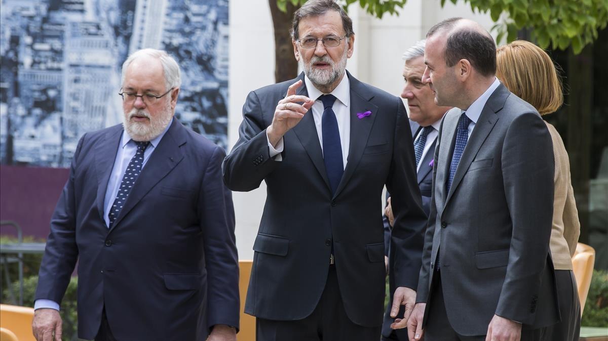 Mariano Rajoy junto a Manfred Weber y Arias Cañete en la primera jornada sobre política de innovación europea que se ha celebrado esta mañana en Valencia.