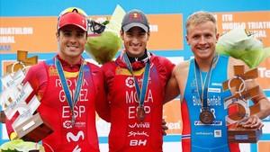 Mario Mola, flanqueado por Javier Gómez Noya y el noruego Kristian Blummenfelt, podio final del Mundial de Triatlón del 2017.