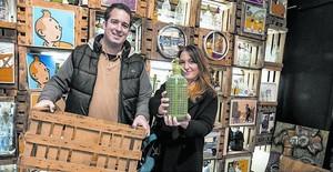 Marta Barberà, guía de las rutas por el mercado de los Encants, en el puesto de coleccionismo de Ferran Simarro (izquierda), el Pintorofiu.