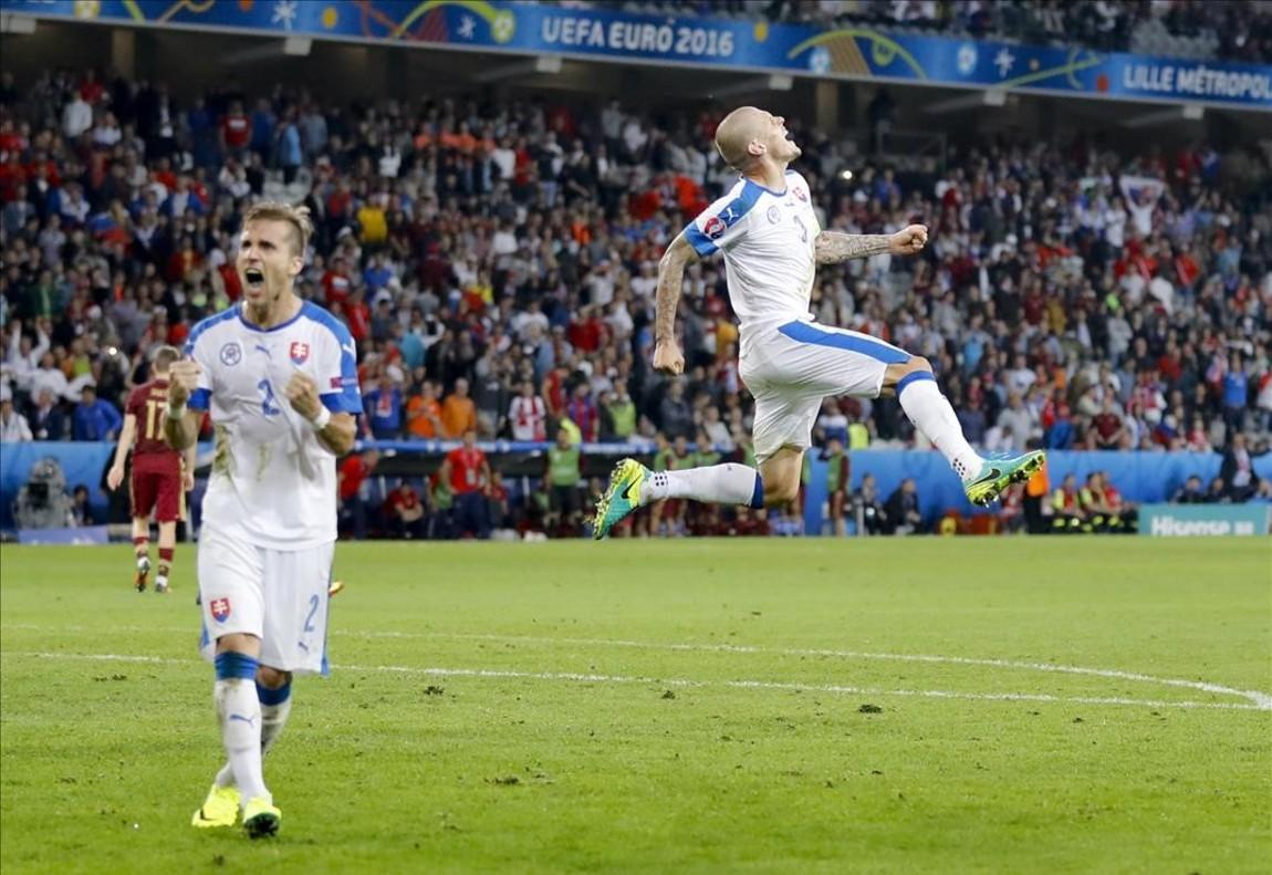 Martin Skrtel celebra consu compañero,Peter Pekarik, el 2-1 al final del partido entre Rusia y Eslovaquia.