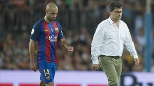Mascherano se retira lesionado del campo junto a Ricard Pruna, el médico del Barcelona.