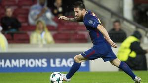 Messi controla un balón durante el partido de Liga de Campeones entre el Barcelona y el Olympiacos en el Camp Nou.