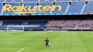 Messi lanza una falta durante el Gamper ante el Elche.