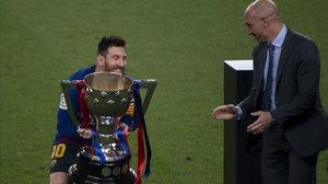 Messi levanta el trofeo de Liga, entregado por Luis Rubiales, el presidente de la RFEF.