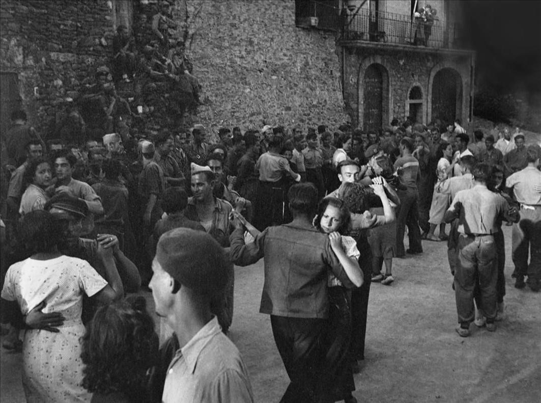 Miembros de la Aliança Nacional de la Dona Jove bailan con los soldados en Santa Maria de Meià.