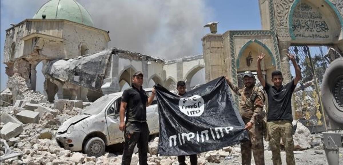Miembros del Servicio Iraquí de Contraterrorismo hace la señal de la victoria tras la conquista de Mosul.