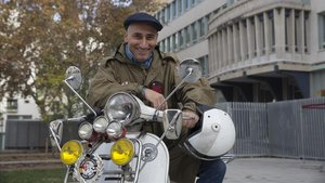 Capdet posa junto a su Vespa ante el instituto Milà i Fontanals, donde iba a clase y a los talleres culturales.