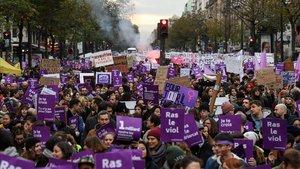 Miles de personas marchan París contra la violencia machista, este sábado.