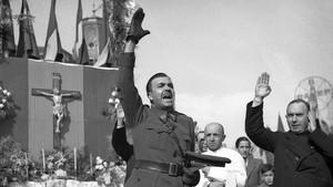 Miquel Mateu, vestido aún de militar, en lamisa celebrada durante la Semana Santa de 1939 en la plaza de Catalunya.