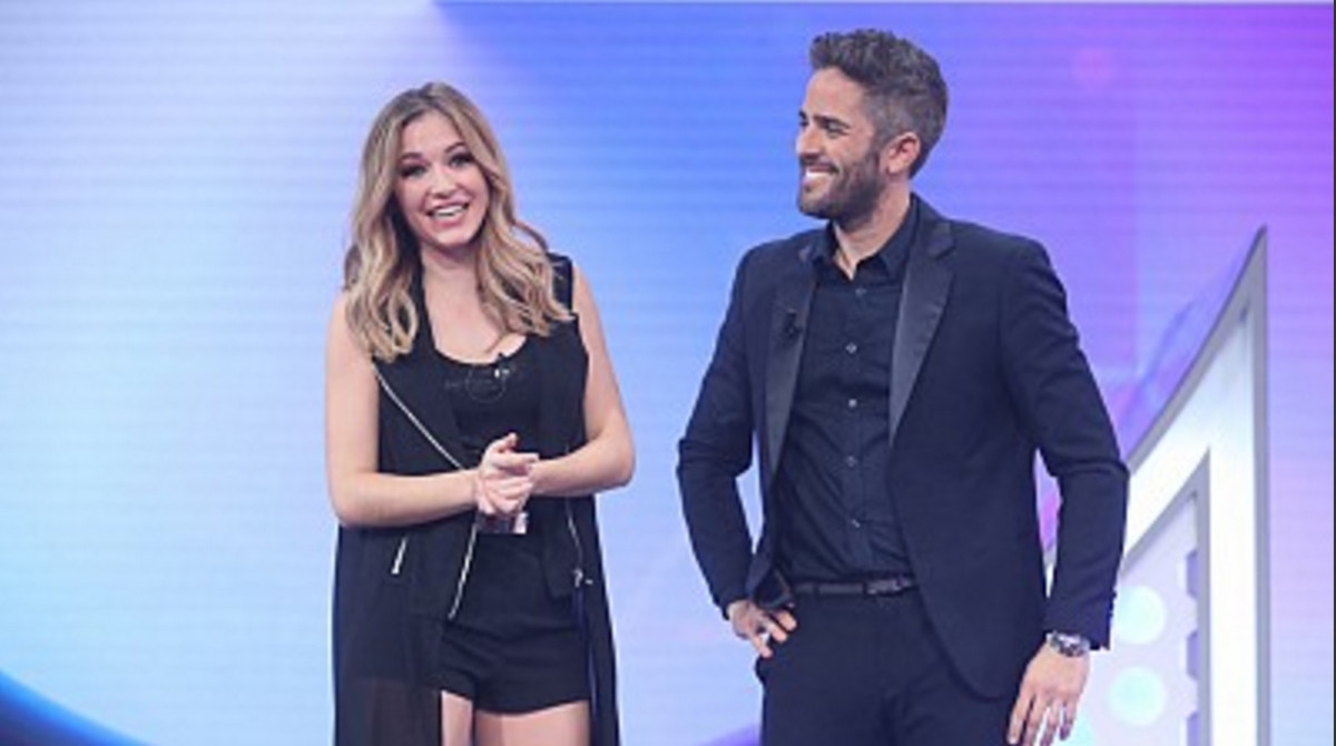 Mireya, la expulsada de ayer de OT, con el presentador, Roberto Leal.