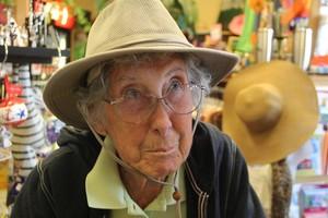 Miss Norma, en una tienda de sombreros en Cabo Cañaveral, en Florida, el pasado mes.