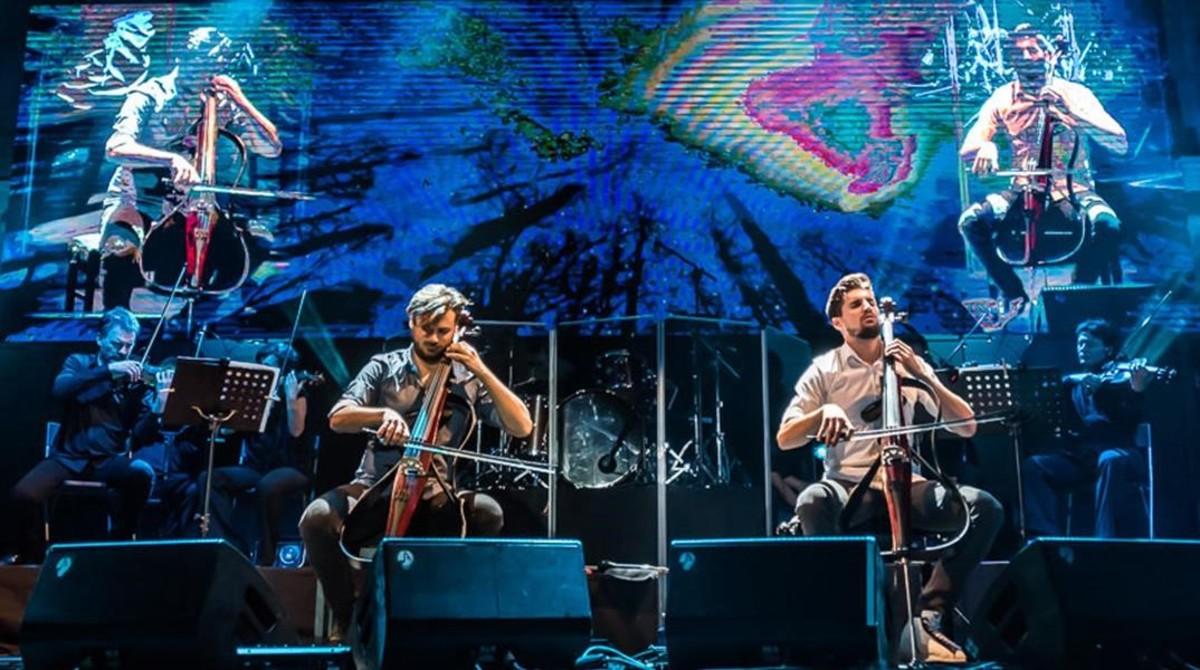Un momento de la actuación de 2Cellos en Pedralbes, el sábado.