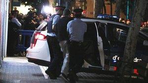 Mossos d'Esquadra durante una detención en Vilanova i la Geltrú.