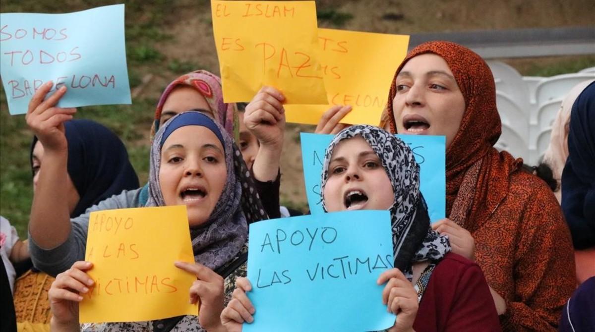 Mujeres musulmanas se manifestan en Ripoll en repulsa por el atentado, el día 20.