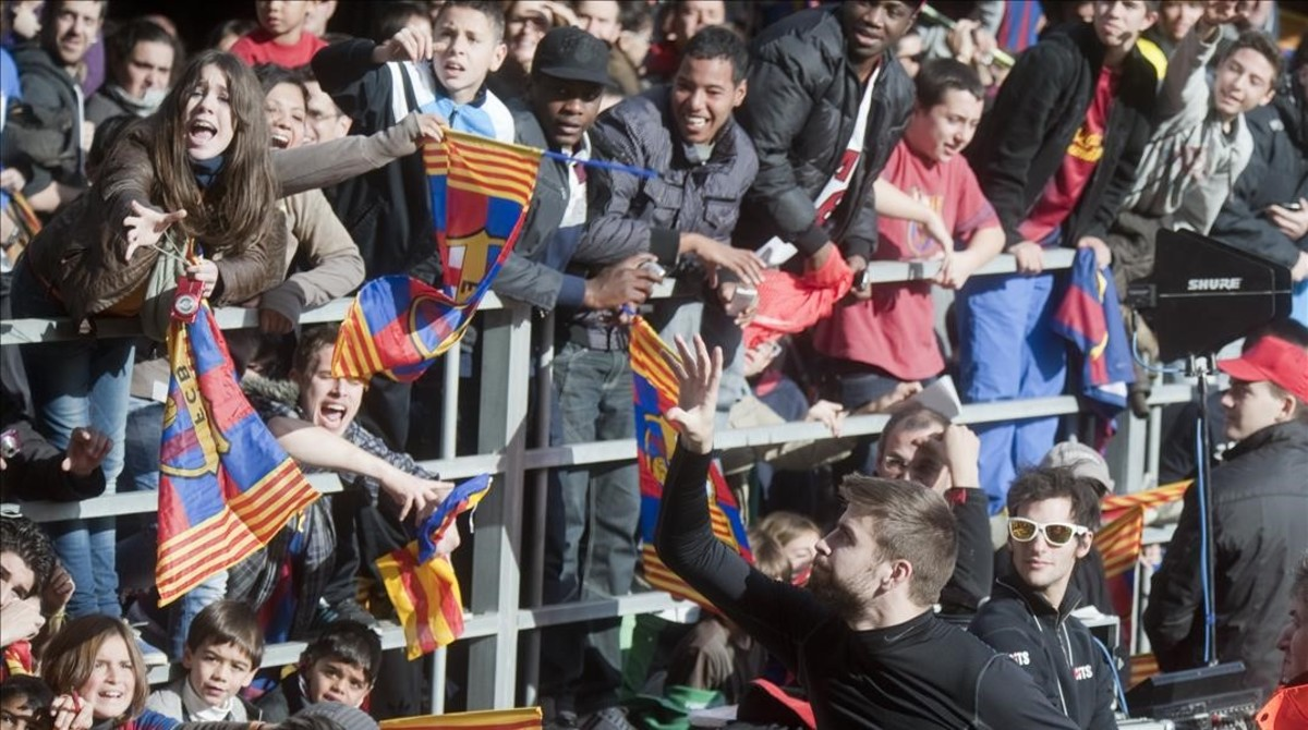 Niños en un entrenamiento abierto del Barcelona en el Mini Estadi.