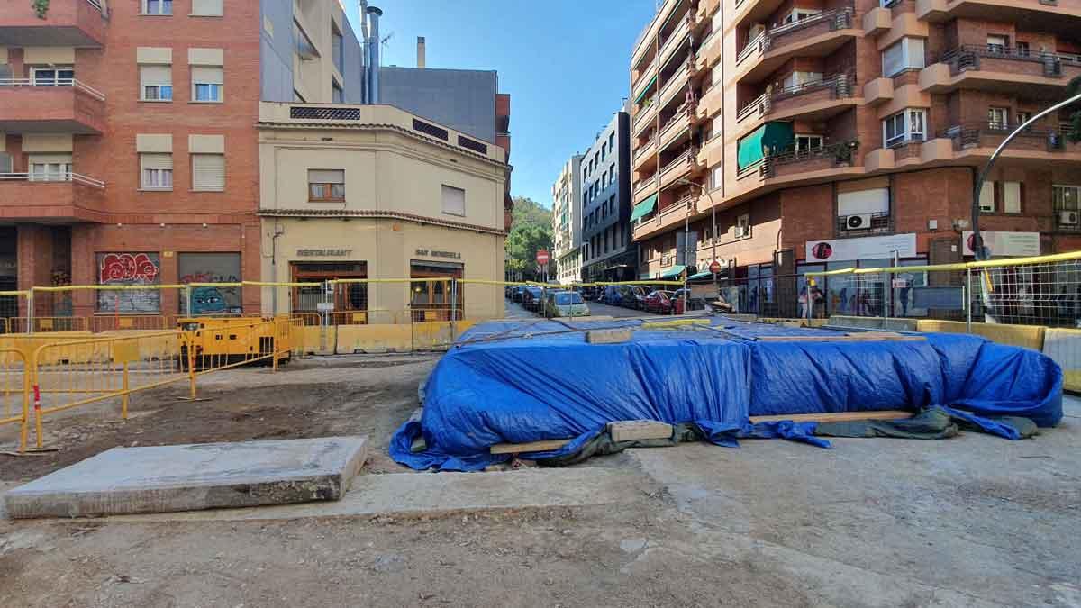 Obras del colector de Paral·lel en el cruce de las calles de Vila i Vilà y Carrera.