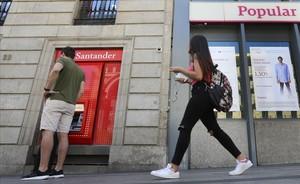 Oficina del Banco Santander junto a una del Popular en Madrid.