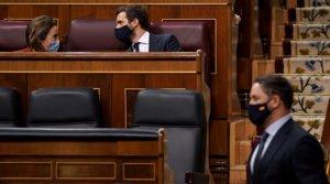Pablo Casado conversa con Cuca Gamarra, tras el discurso de Santiago Abascal en el Congreso, el jueves durante la moción de censura.